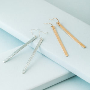 KTCollection minimalistic hammered bar earrings in gold and silver